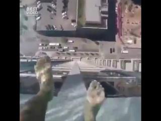 Бассейн с прозрачным дном на небоскребе