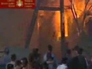 Косово.Март 2004.Албанцы жгут сербский православный храм