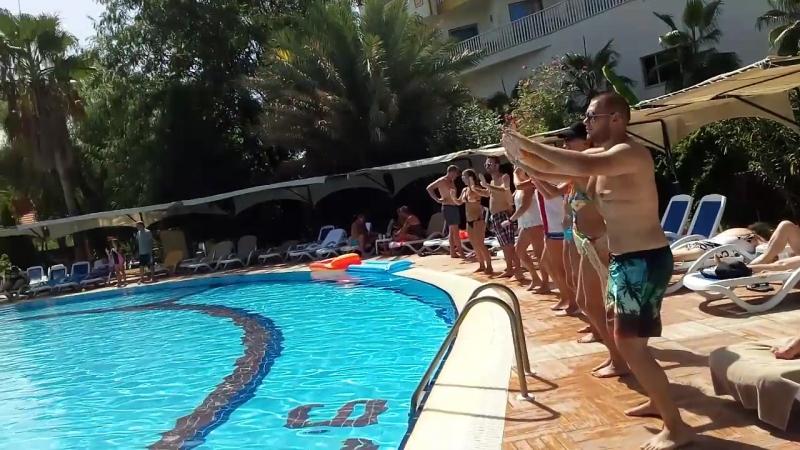 В бассейне безупречно чистая вода