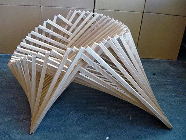 В сложенном виде стул похож на щит,