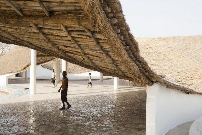 Блок 1 архитектор:Тошико Мори проект:Культурный центр Thread где:Сенегал Водосборная кровля Деревня Синтиан
