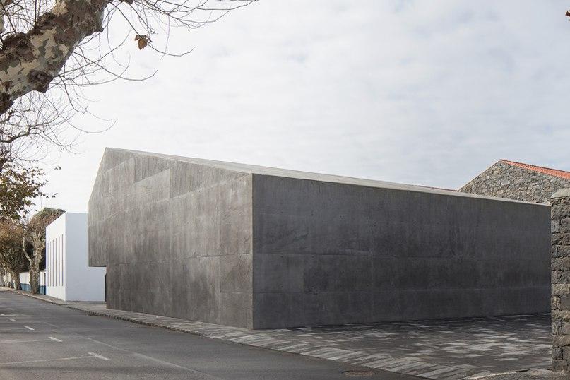 Португальский студия Menos e mais arquitectos спроектировала