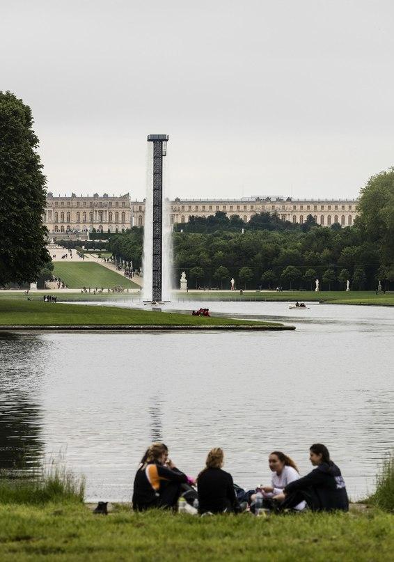Главный архитектор Studio Olafur Eliasson реализовал проект фонтана, похожего на водопад и установленного в Версале, Франция.