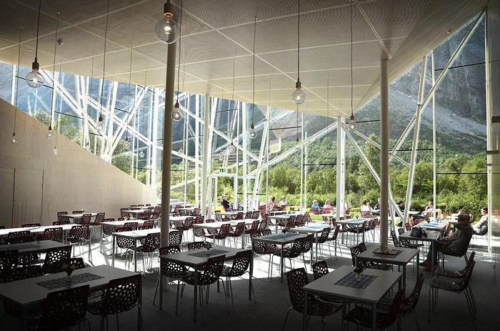Отобедать у Стены Троллей: «невидимый» стеклянный ресторан  Обычно