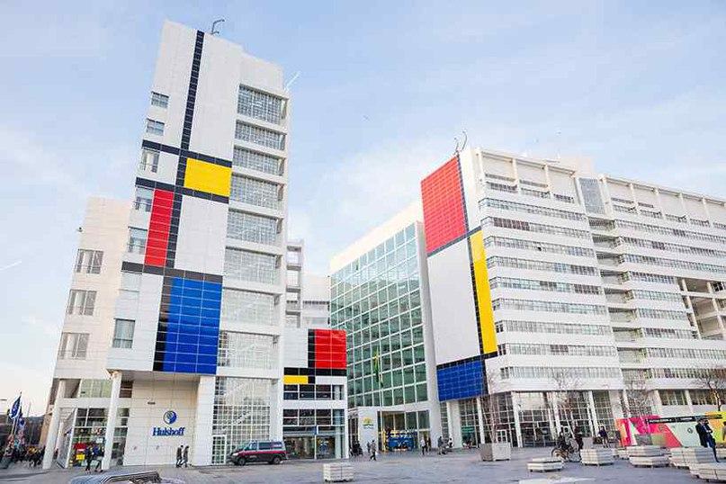 Здание мерии города Гааги украшено самой большой