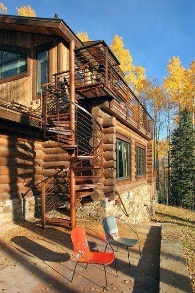 Дом в лесу на холме