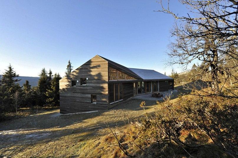 Деревянный дом в горах Норвегии от студии