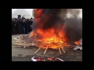 В Чечне сожгли портреты главаря ИГИЛ