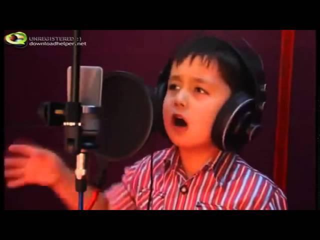 Потрясающе красивый голос Маленький мальчик поет детскую песенку Смотреть о...