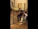 англичанка поёт на уйгурском