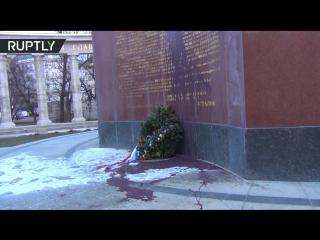 Неизвестные облили краской памятник  в Вене