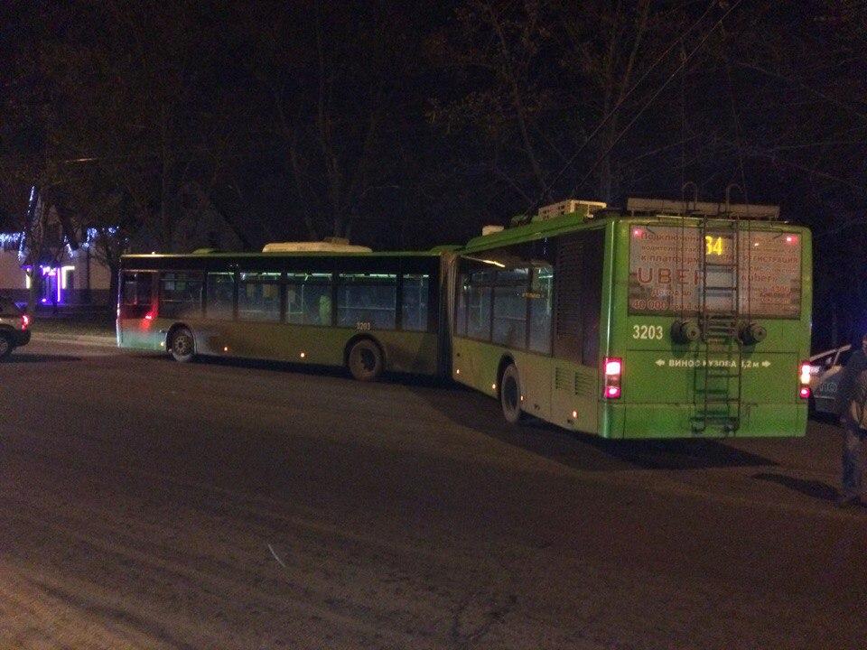 Неадекватный водитель чуть не перевернул троллейбус (ФОТО)