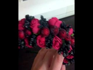 Ободок из черных тычинок и цветов оттенка красное вино
