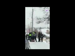 Голый водитель снес автобусную остановку в Витебске