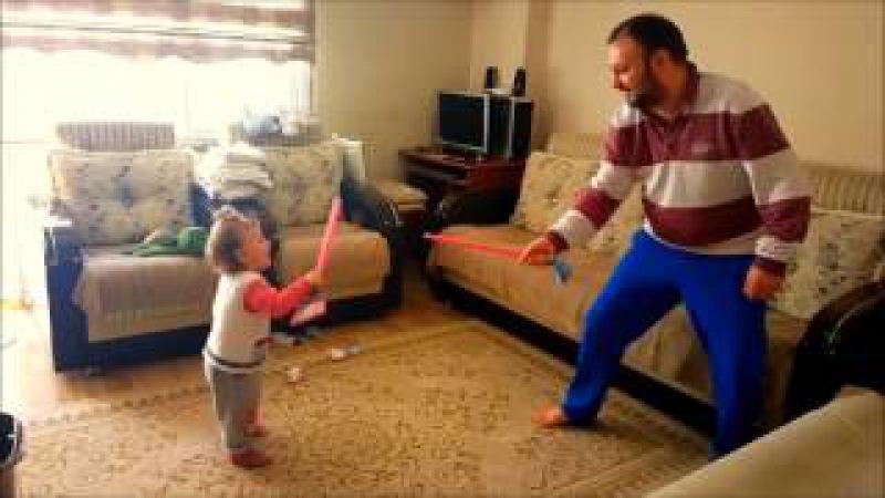 Babasıyla Kılıç Düellosu Yapan Küçük Kız Swordplay