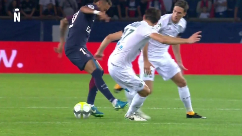 Neymar Jr is dribbling 2 players of Saint-Étienne.