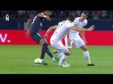 Neymar Jr is dribbling 2 players of Saint-