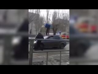 Водитель такси спрятал в багажник мужчину, прыгавшего на его авто