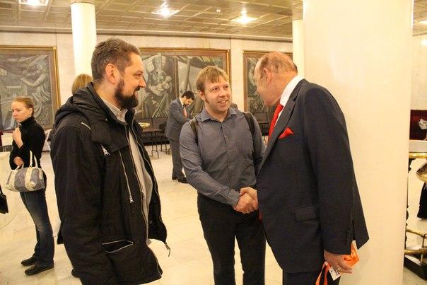 Главный спикер SSF 2016 Джон Шоул лично приветствует гостей форума#S