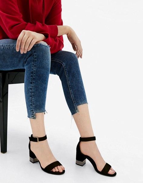 Босоножки на металлизированном среднем каблуке с ремешком