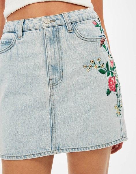 Джинсовая мини-юбка с вышитыми цветами
