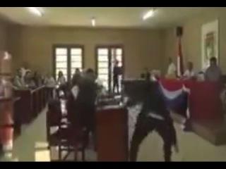 Президента Боливии поймали за просмотром порно в суде.