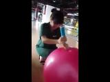 Попросили девушку мяч насосом накачать