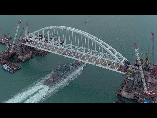 Проход боевого корабля «Азов» под аркой Крымского моста с высоты птичьего полета