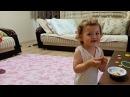Bisküvi`yi İkiye Bölüp Kremasını Yiyen Küçük Kız