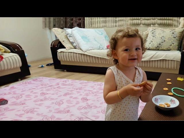 Bisküvi`yi İkiye Bölüp Kremasını Yiyen Küçük Kız » Freewka.com - Смотреть онлайн в хорощем качестве