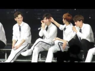 [FANCAM] 170402 EXO Baekhyun Suho - cute moment @  EXO'rDium in Singapore