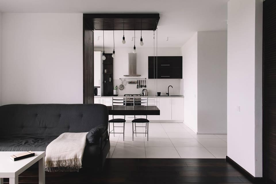 Черно-белый интерьер квартиры 50 м во Львове.