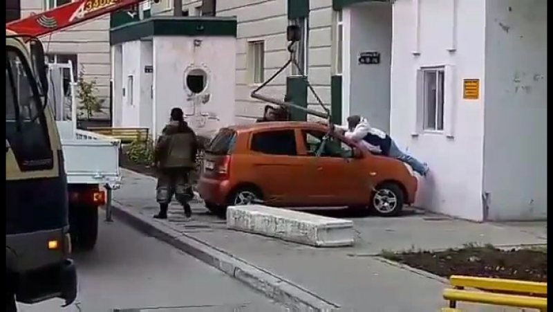 Вчера днем по улице Показаньева проходила массовая эвакуация неправильно припаркованных автомобилей. Некоторые сургутяне смирили