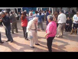 Дед танцует под рок-н-ролл