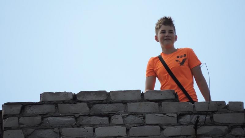 дети бросают камни с крыши дома по прохожим ул. Ивана Сирка (Ватутина), д. 39