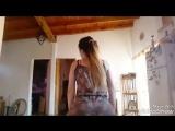 Молодая русская девушка в ночнушке трясет ягодицами жопы танцуя горячий тверк булками на кухне домашнее порно видео секс эротика