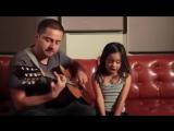 Папа играет на гитаре и поет вместе с дочкой! Очень круто