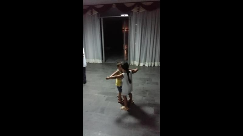 Очень мило) Белый танец под взрослую музыку))