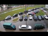 Велосипедист подскользнулся на мокрой дороге.