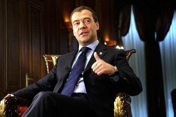 Дмитрий Медведев распорядился увеличить пенсии на 1,015%.   Иными слов
