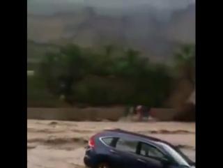 جانب من امطار سلطنة عمان اليوم شاهد السيول تجرف سيار
