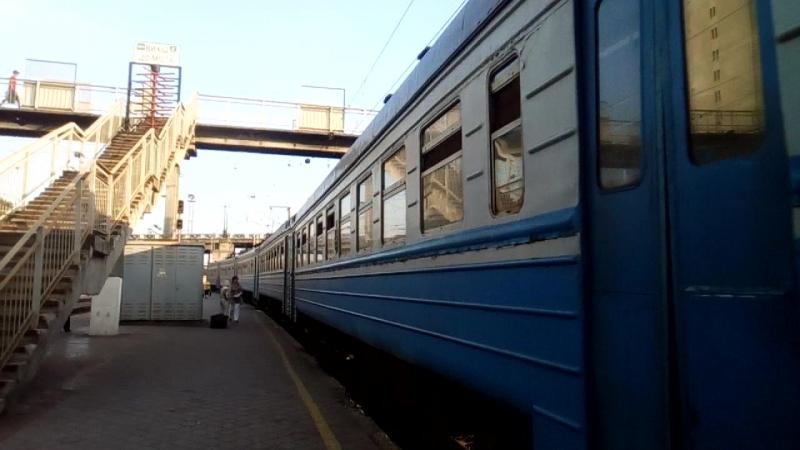 ЭР2-340 прибывает на станцию Харьков-пассажирский пригородный поезд Савинцы-Харьков-пассажирский