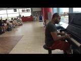 Пианист душевно играет в аэропорту
