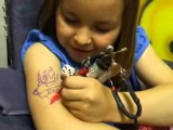 Маленькая девочка сама себе делает тату