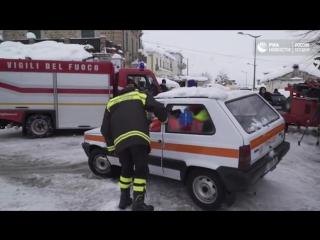 Спасатели пытаются добраться до места схода лавины на отель в Италии