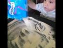 Мы с Тишей рисуем манкой Тюмень радиомама чемзанятьребенка Рисованиеманкой положительно сказывается на развитии мелкой моторики пальчиков тактильных ощущений крохи сенсорики мышления фантазии воображения речи мозга малыша К тому же такой вид творчества действует успокаивающе на ребенка что актуально для непоседливых малышей В процессе рисования манку можно зажимать в кулак пересыпать с ладошки на ладошку рисовать причудливые узоры пальчиками ладошками У деток постарше могут получиться настоящие картины из манной крупы машины деревья солнышко домики…
