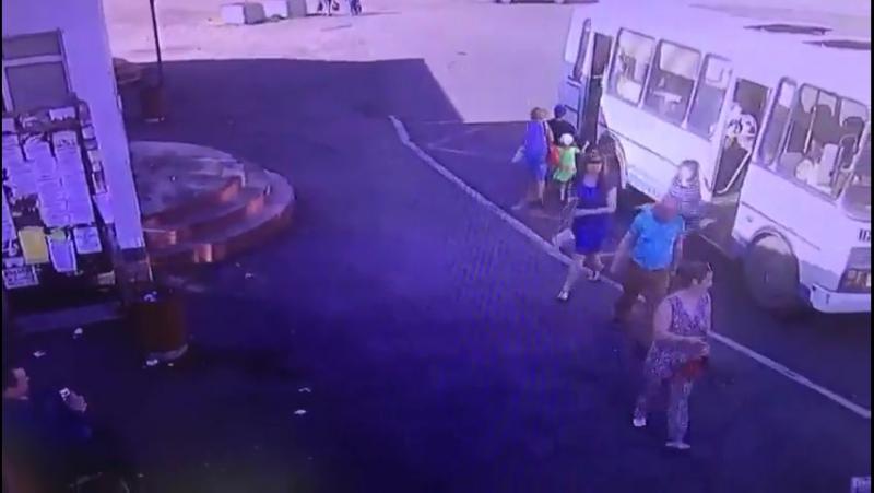 В Норильске автобус протащил ребенка несколько метров по дороге