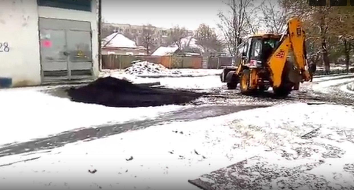 Під Харковом після першого снігу почали вкладати асфальт (ФОТО, ВІДЕО) - фото 1