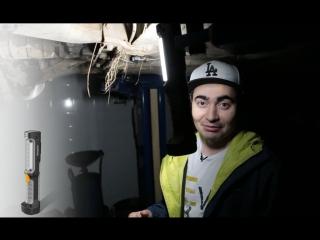 Что Жорик Ревазов делает с фонарём Energizer в темном гараже?