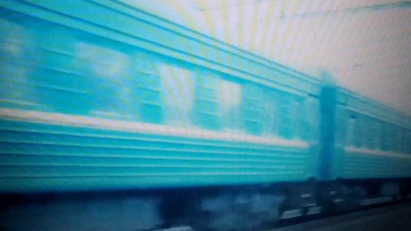Електровоз ВЛ60К с поездом Днепро-Одесса проежает електропоезд ЕР9С